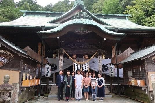 【学生レポート】由緒ある温泉神社を訪問し、禰宜の佐波古正彦さんのお話を聞く